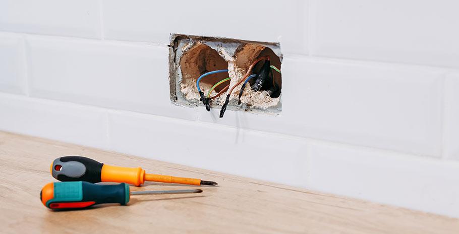 Att byta ett jordat vägguttag hemma